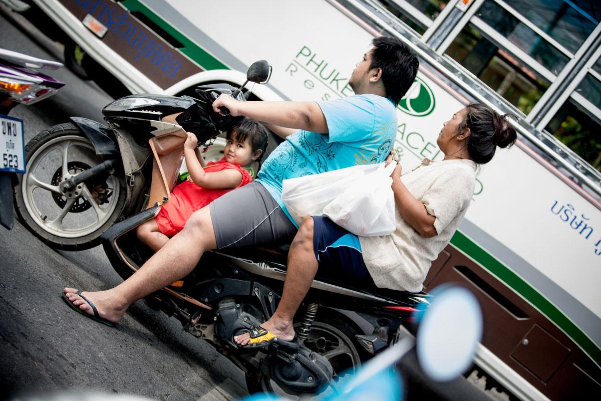 Familie auf Moped – Thailand Phuket